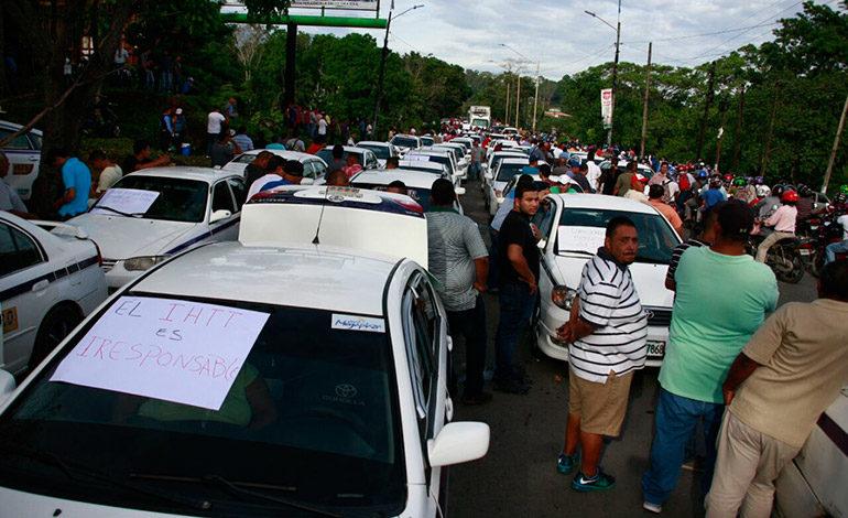 Paralizada La Ceiba por protesta de taxistas