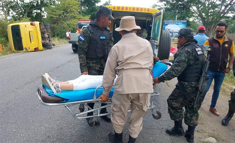 Cinco personas heridas en volcamiento de bus en Santa Bárbara