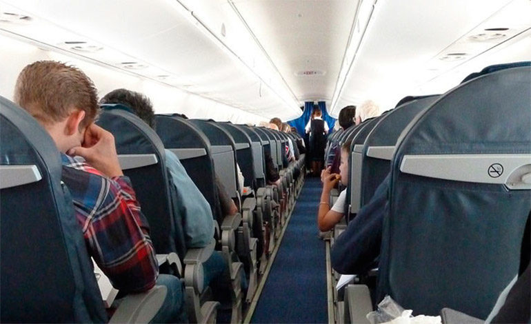 """Hospitalizan a varios pasajeros tras un aterrizaje de emergencia por el olor a """"calcetines sucios"""""""