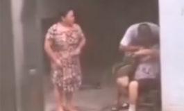 Hombre obliga a su madre a comer hierba por pelear con su esposa (Video)