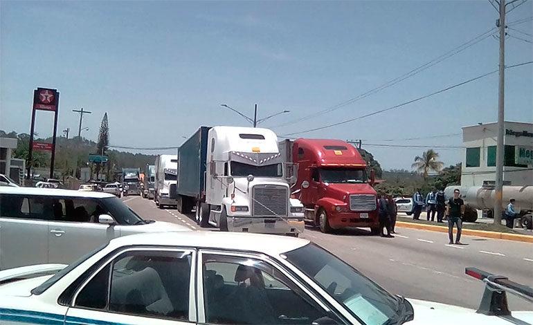 Miles de vehículos varados en carretera internacional CA-5