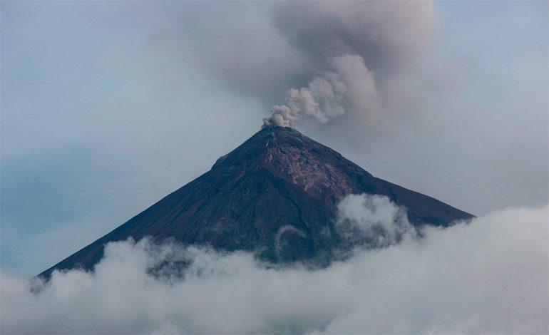 Volcán de Fuego de Guatemala amanece con cinco explosiones por hora