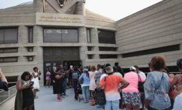 Fanáticos hacen largas filas para despedir a Aretha Franklin