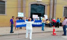 Empleados por contrato se toman el Hospital San Felipe en Tegucigalpa