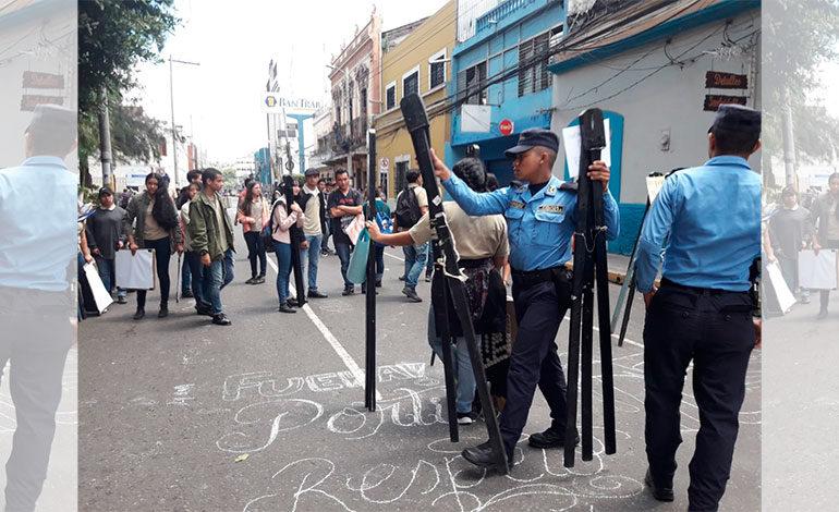 Desalojan a estudiantes de Bellas Artes que exigen salida de su director