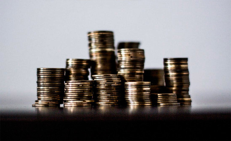 Paga más de 10.000 dólares a su exmujer… con sacos de monedas
