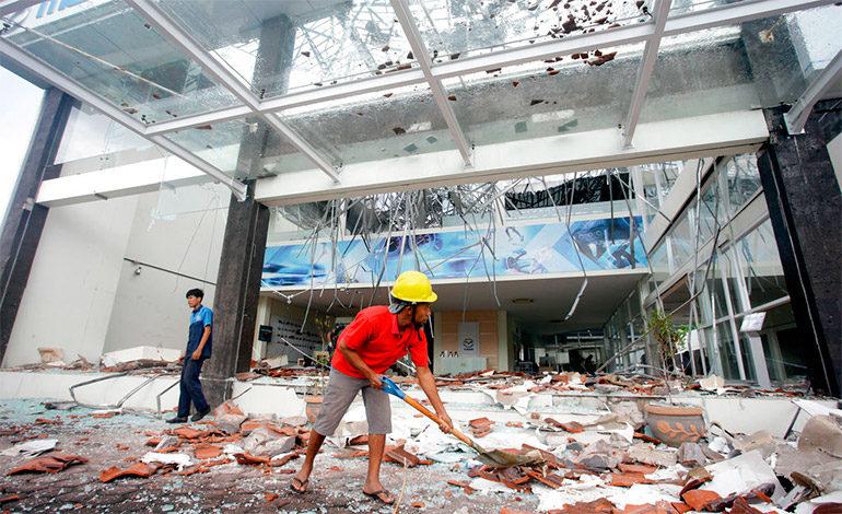 Potente sismo en isla turística de Indonesia deja 98 muertos