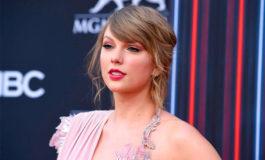Swift rinde homenaje a Franklin durante concierto en Detroit
