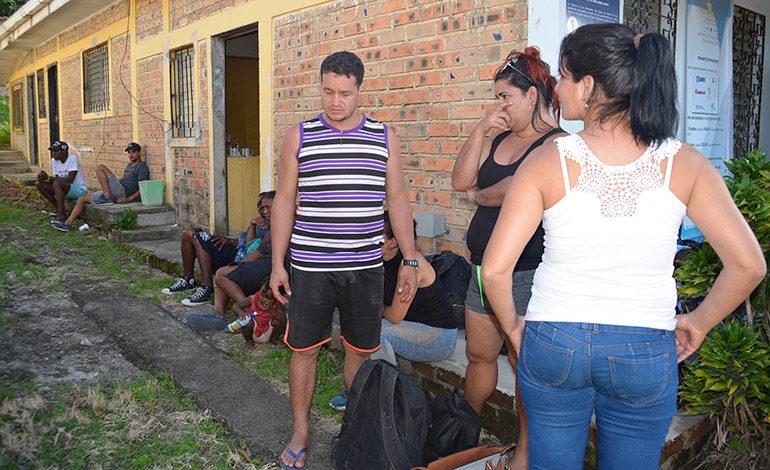"""Venezolanos y cubanos retenidos en """"punto ciego"""""""