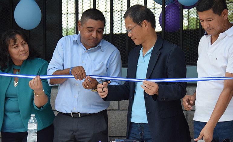 """NUEVOS. El primer secretario de la embajada de Taiwán, Andrés Kan, hace el corte inaugural de los dos nuevos salones construidos gracias al proyecto """"Done un Aula""""."""