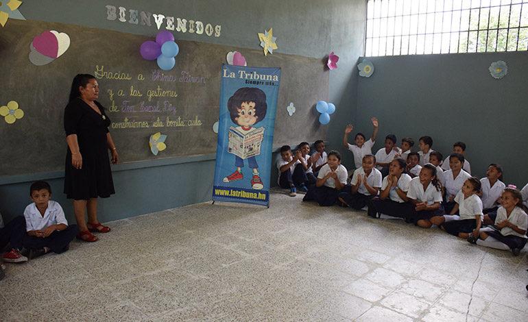 """JUEGOS. Los niños se decantaron por los juegos tradicionales y de salón en la nueva aula construida con el aporte de """"Done un Aula"""", la alcaldía de Aramecina y la comunidad."""