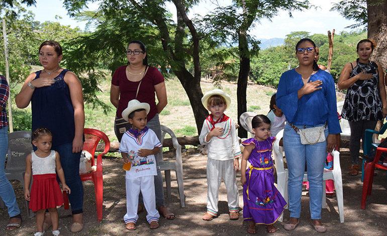 FERVOR PATRIO. Madres de familia y sus hijos con reverencia participaron en la entonación de las sagradas notas del Himno Nacional de Honduras.