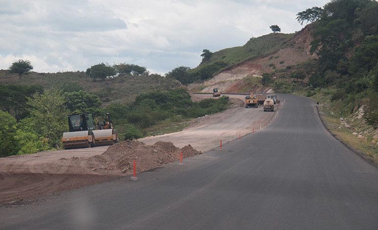 """AUTOPISTA. Los municipios de Valle, como Aramecina y Caridad, con sus aldeas y caseríos tendrán un mayor desarrollo pujante con la moderna autopista del """"canal seco"""", en construcción."""