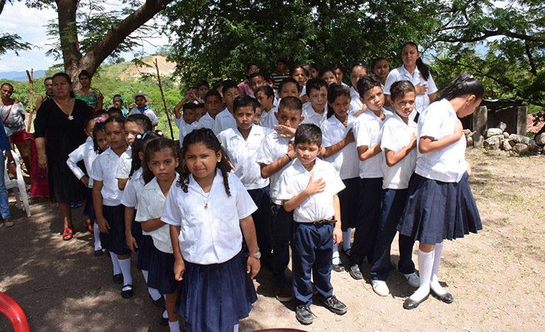 """JUBILOSOS. Los niños felices participaron con atención y civismo en la inauguración de su nueva aula gracias al proyecto """"Done un Aula""""."""