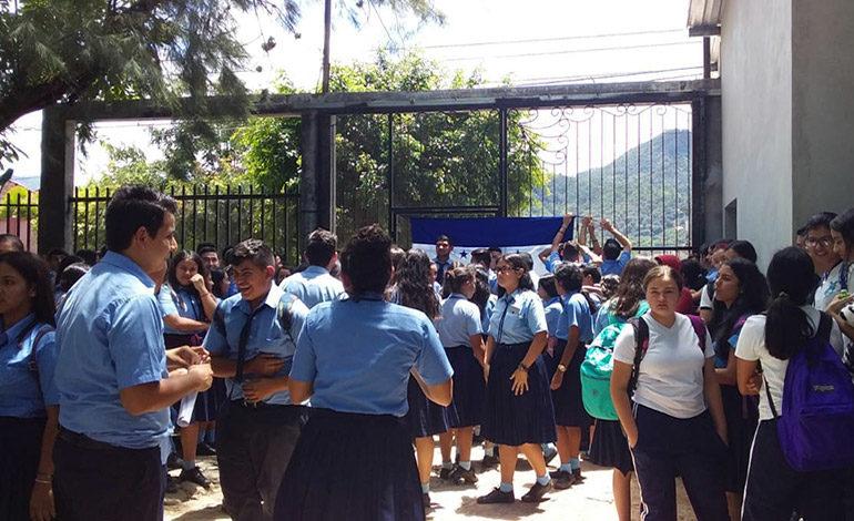 Se toman colegio para evitar traslado