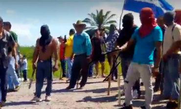 Encapuchados destruyen oficina de minera y hasta queman vehículo (Video)
