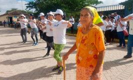 A sus 86 años, doña Lila también le entró a la zumba