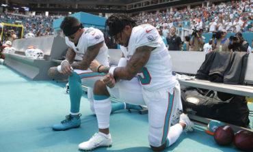 Se arrodillan 2 jugadores de la NFL durante himno nacional