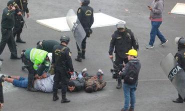 Fanáticos y miembros de iglesia evangélica se enfrentan frente a estadio
