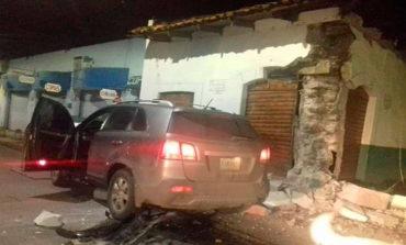 """Conductor destruye parcialmente famoso bar """"Tito Aguacate"""""""