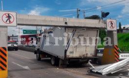 Imprudente conductor de camión choca en paso aéreo de Tegucigalpa
