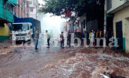 Inundados mercados de Comayagüela al romperse tubo madre (Video)