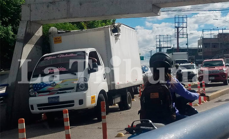 """Salvadoreños chocan camión contra paso a desnivel """"Ricardo Álvarez"""""""