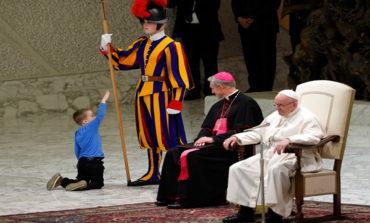 """Papa Francisco se muestra encantado con un niño discapacitado """"indisciplinado"""""""