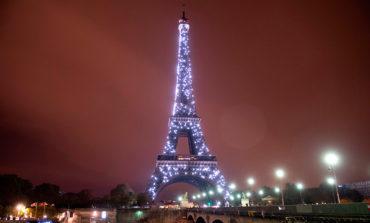 Subastarán trozo de escalera de la torre Eiffel (Video)