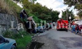 Varios heridos deja caída de vehículo sin frenos en un barranco