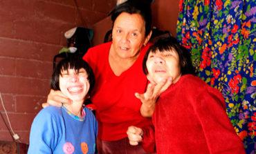 """Abnegada madre pide ayuda para sobrevivir con sus """"niñas"""" mujeres"""
