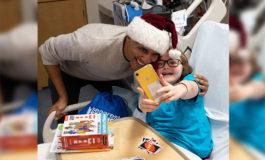 Obama entrega regalos a niños enfermos vestido de Papa Noel (Video)