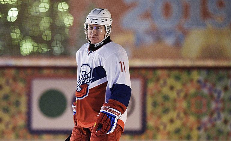 Putin despide año jugando hockey en la Plaza Roja