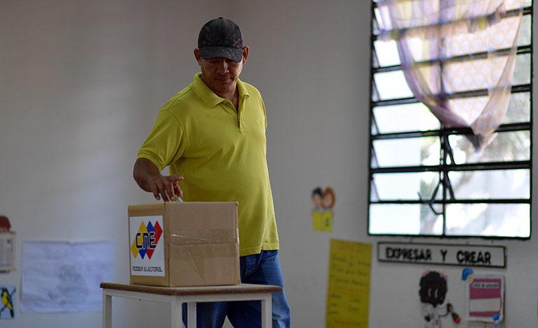 Venezuela elige concejales bajo la sombra de masiva abstención