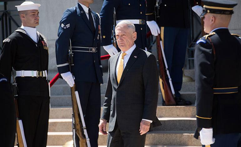 El secretario de Defensa Jim Mattis se despide del Pentágono