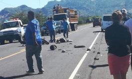 Dos muertos y varios heridos deja choque entre motocicleta y camión en la zona sur