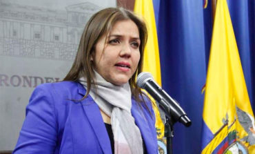 El presidente de Ecuador exime de sus funciones a la vicepresidenta