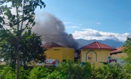 Vehículo toma fuego al incendiarse motel en San Pedro Sula