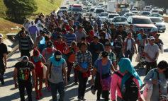 Migrantes salvadoreños cruzan frontera La Hachadura con Guatemala