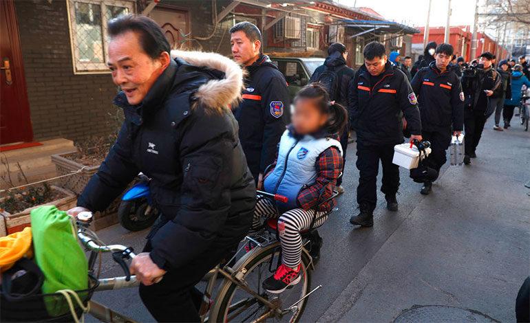 Hombre hiere con martillo a 20 niños en escuela de Beijing