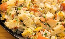 Ensalada de papa templada para comer bien durante los días de frío