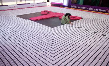 Un útero hecho de 10.000 compresas conciencia y rompe récords en la India