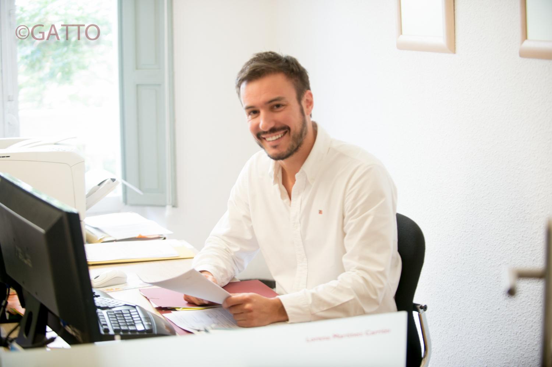Foto trabajando en el despacho
