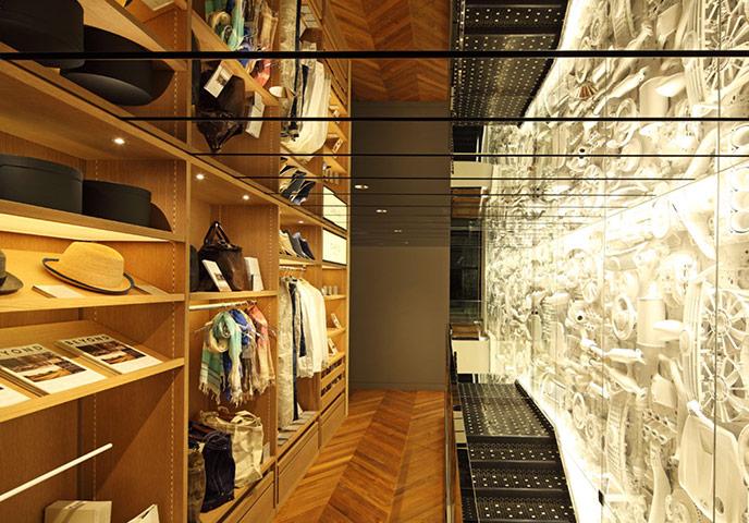 À l'étage, un espace de vente intime appelé CRAFTED FOR LEXUS (et surnommé «le garde-robe de M. Lexus») présente une sélection de 18 articles créés à la demande de Lexus par 14 des plus talentueux nouveaux noms du design japonais.