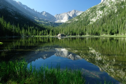 Picture of Colorado lake, trees, and mountains