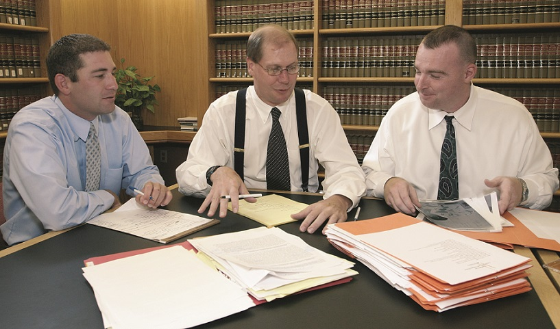 Drake Student Attorneys and Professor Bob Rigg prepare for a legal clinic murder trial.
