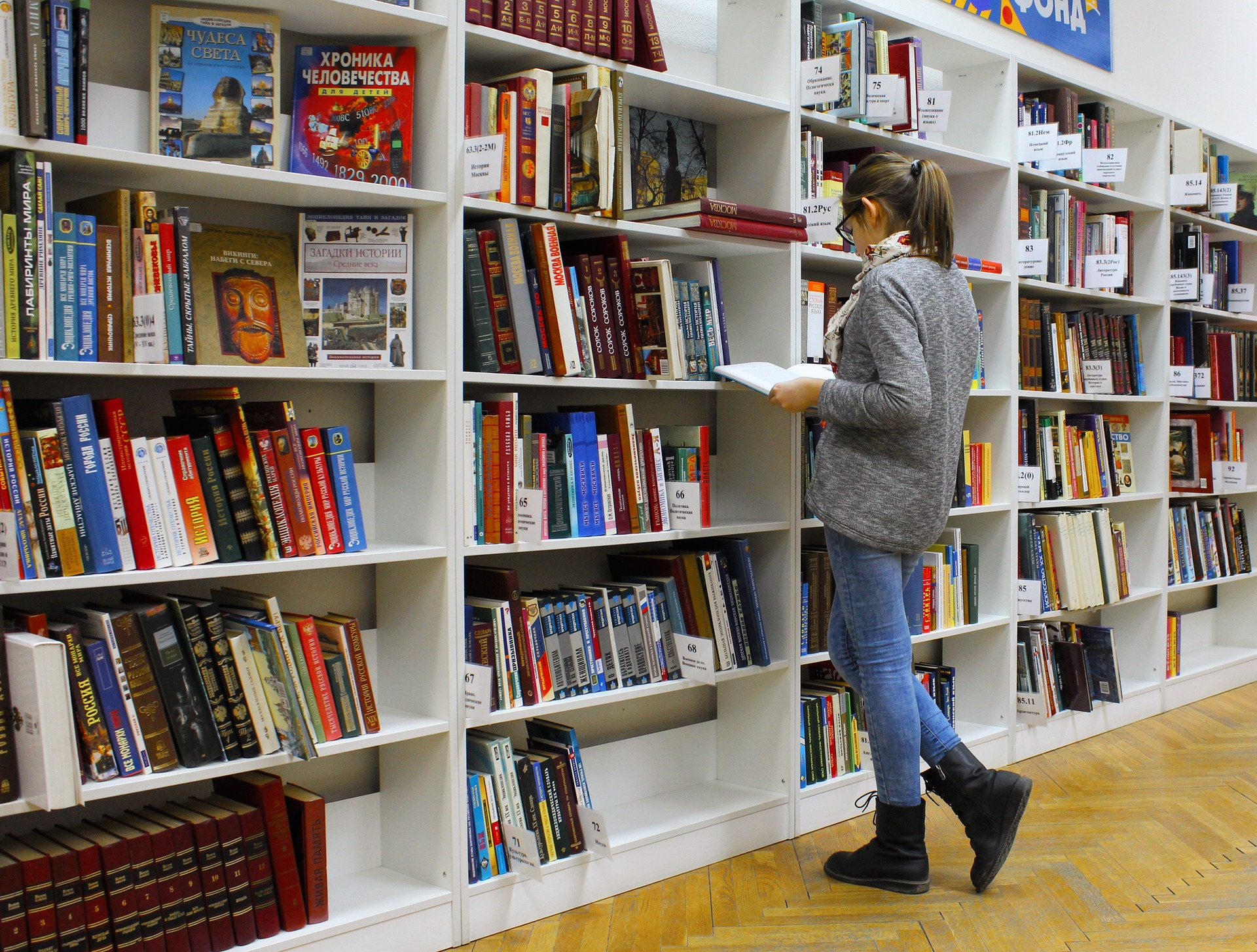 girl looking at the book shelves