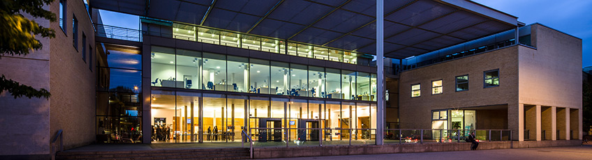 Photograph of Saïd Business School at night.