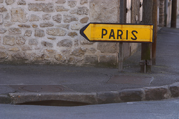 Photo of a sign pointing the direction to Paris