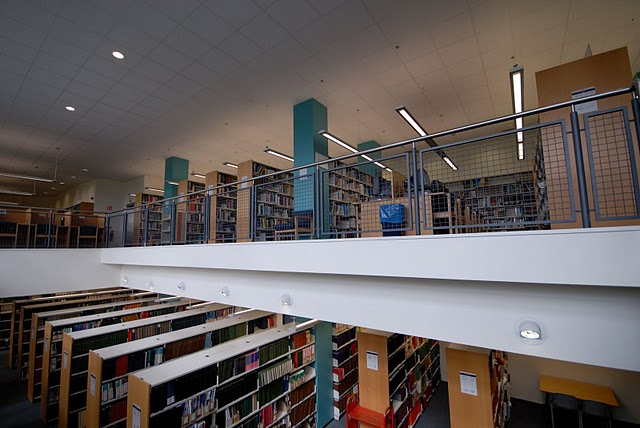 Photograph of the bookshelves on the mezzanine in the Veterinary Medicine Library